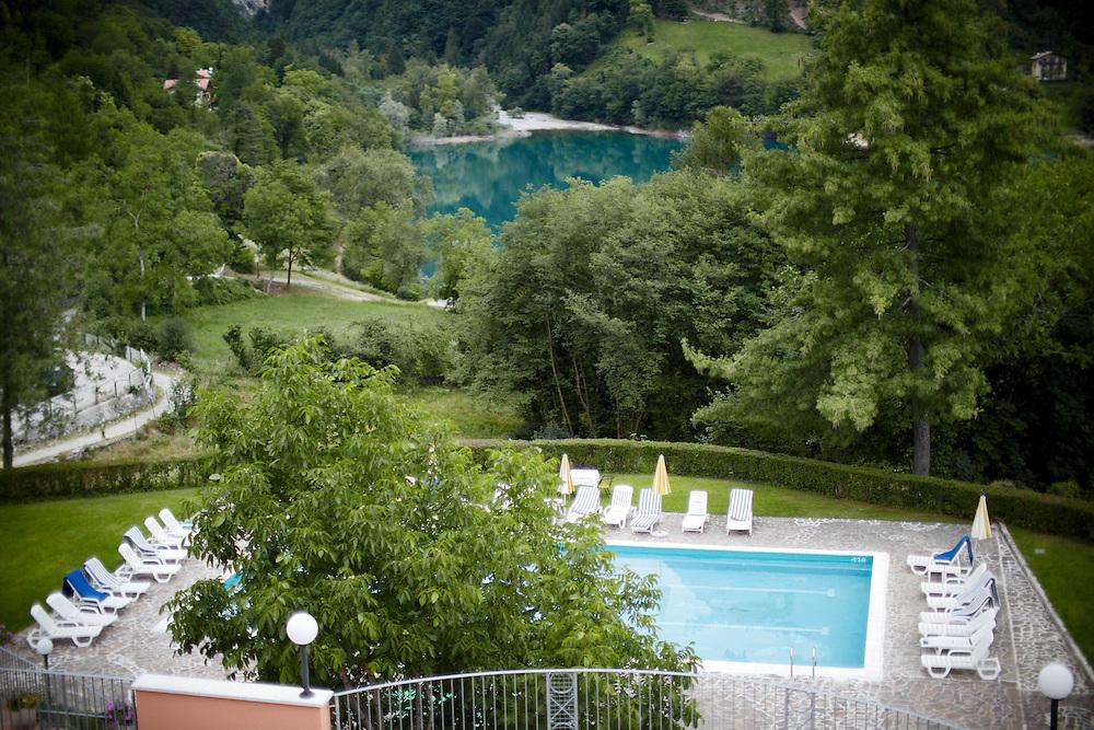 """Tenno (TN) -  """"Club Hotel Lago di Tenno"""": la piscina."""