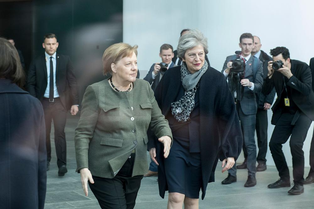 09 APR 2019, BERLIN/GERMANY:<br /> Angela Merkel (L), CDU, Budneskanzlerin, nimmt  Theresa May (R), Premierministerin Vereinigtes Koenigreich, waehrend ihrem Besuch erst im Kanzleramt in Empfang, geht dann aber mit Ihr fuer die obligatorischen Handshake-Fotos wieder vor den Eingang, Bundeskanzleramt<br /> IMAGE: 20190409-01-011