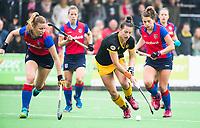 BILTHOVEN  - Hockey -  1e wedstrijd Play Offs dames. SCHC-Den Bosch (0-1).  Frederique Matla (Den Bosch)   met Caia van Maasaker (SCHC) en Suzanne Homma (SCHC) .       COPYRIGHT KOEN SUYK