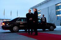 16 JAN 2009, BERLIN/GERMANY:<br /> Wladimir Putin (L), Ministerpraesident Russland, und Angela Merkel (R), Bundeskanzlerin, Empfang mit militaerischen Ehren, Ehrenhof, Bundeskanzleramt<br /> IMAGE: 20090116-01-011<br /> KEYWORDS: Vladimir Putin, Handshake, Begruessung, Begrüssung