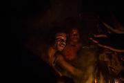 Les rangers se réchauffent autour d'un feu de camp après que la pluie a stoppé leur marche quotidienne.