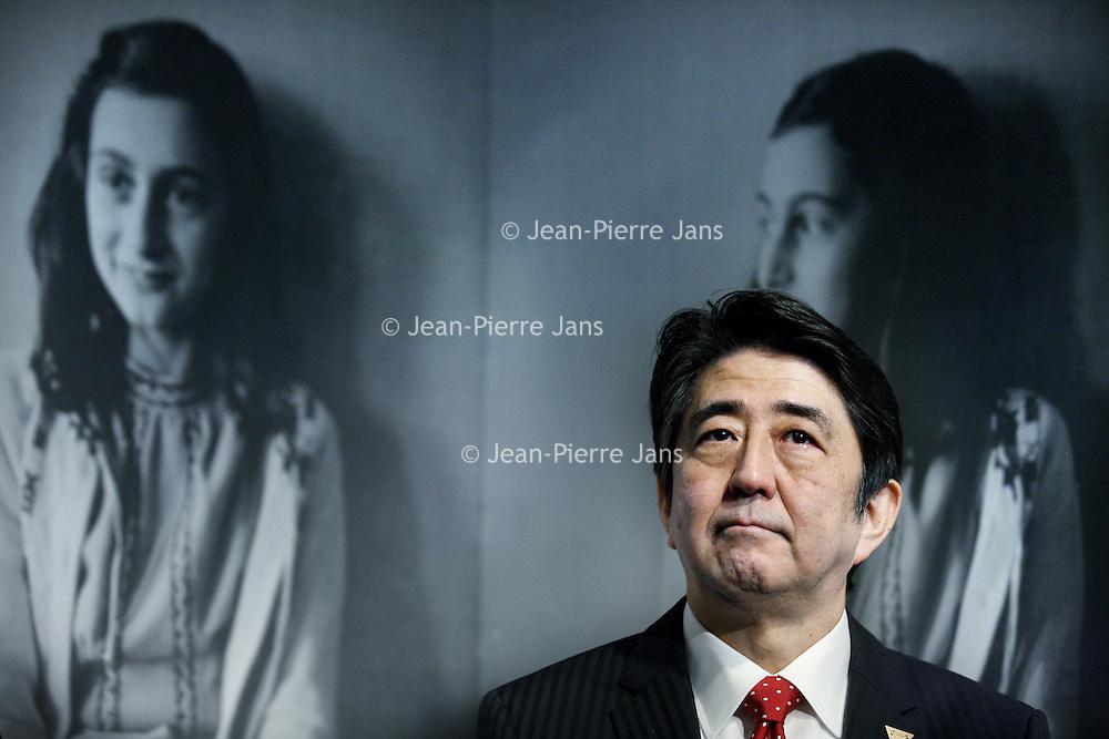 Novum:Nederland:Amsterdam , 23 maart 2014.<br /> De Japanse premier Shinzo Abe is zondagmiddag aangekomen bij het Anne Frank Huis in Amsterdam. Abe besloot het museum aan de Prinsengracht te bezoeken in verband met de vernieling van honderden boeken van en over Anne Frank in Tokyo vorige maand.<br /> De Japanse premier is in Nederland vanwege de top over nucleaire beveiliging die maandag en dinsdag plaatsvindt in Den Haag.<br /> Japanese Prime Minister Shinzo Abe visited the Anne Frank House in Amsterdam. Abe decided to visit the museum in connection with the destruction of hundreds of books by and about Anne Frank in Tokyo last month.<br /> <br /> The Prime Minister is one of the paricipants of the Nuclear Security Summit in The Hague the Netherlands is hosting.<br /> Foto:Jean-Pierre Jans