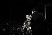 18/11/2016- Danae sobre el ring  del gimnasio Prat _ Lautaroobserva a su rival minutos antes de comenzar la pelea.