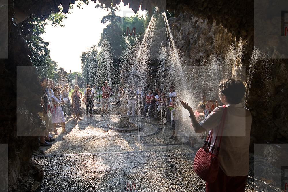 I giochi d'acqua della villa Litta Borromeo di Lainate spiegati da una guida volontaria...A guide explain the water games in the Ninfeo of Villa  Litta Borromeo in Lainate.