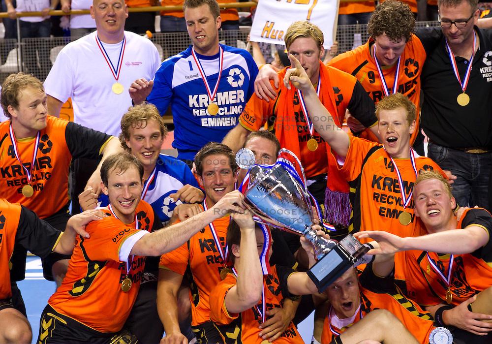 02-06-2011 HANDBAL: BEKERFINALE HURRY UP - O EN E: ALMERE<br /> Het team van Kremer Hurry Up met de beker<br /> ©2011-FotoHoogendoorn.nl / Peter Schalk