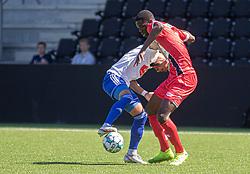 Prøvespilleren Brandon Onkony (FC Helsingør) kæmper med Josef Moussa (HIK) under træningskampen mellem FC Helsingør og HIK den 1. august 2020 på Helsingør Ny Stadion (Foto: Claus Birch).