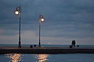 Una coppia sul molo audace a trieste. A couple on the daring dock in trieste.