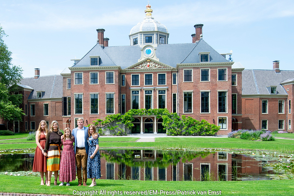 Zomerfotosessie 2019 bij Paleis Huis ten Bosch in Den Haag<br /> <br /> Summer photo session 2019 at Palace Huis ten Bosch in The Hague<br /> <br /> Op de foto / On the photo:  Koning Willem-Alexander en koningin Maxima met hun dochters prinses Amalia, prinses Ariane en prinses Alexia <br /> <br /> King William Alexander and Queen Maxima with their daughters Princess Amalia, Princess Ariane and Princess Alexia