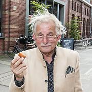 NLD/Amsterdam/20170616 - Uitreiking Nipkowschijf 2017, Frans Bromet winnaar ere Zilveren Nipkowschijf<br /> Zilveren Nipkowschijf 2017