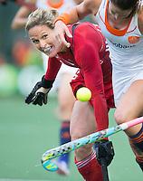 AMSTERDAM - Hockey - Crista Cullen (GB)  met Lidewij Welten (Neth) . Interland tussen de vrouwen van Nederland en Groot-Brittannië, in de Rabo Super Serie 2016 .  COPYRIGHT KOEN SUYK