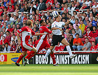 Fotball<br /> England 2005/2006<br /> Foto: SBI/Digitalsport<br /> NORWAY ONLY<br /> <br /> Middlesbrough v Liverpool<br /> Barclaycard Premiership.<br /> 13/08/2005.<br /> <br /> Liverpool's Bolo Zenden (R) beats Middlesbrough's Michael Reiziger (C) and Ray Parlour (L) to the ball.
