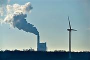 Nederland, the netherlands, 7-2-2018 Zicht op de rookpluim van de electriciteitscentrale van eon . Een windmolen als contrast tussen fossiele en duurzame enrgie . Foto: ANP/ Hollandse Hoogte/ Flip Franssen