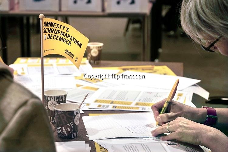 Nederland, the Netherlands, Nijmegen, 10-12-2016Op 10 december, de Dag van de Mensenrechten, schrijven honderdduizenden mensen wereldwijd brieven. Voor mensen die onrecht is aangedaan, gevangenzitten, gemarteld zijn of worden bedreigd. Het is het grootste schrijfevenement ter wereld.Foto: Flip Franssen