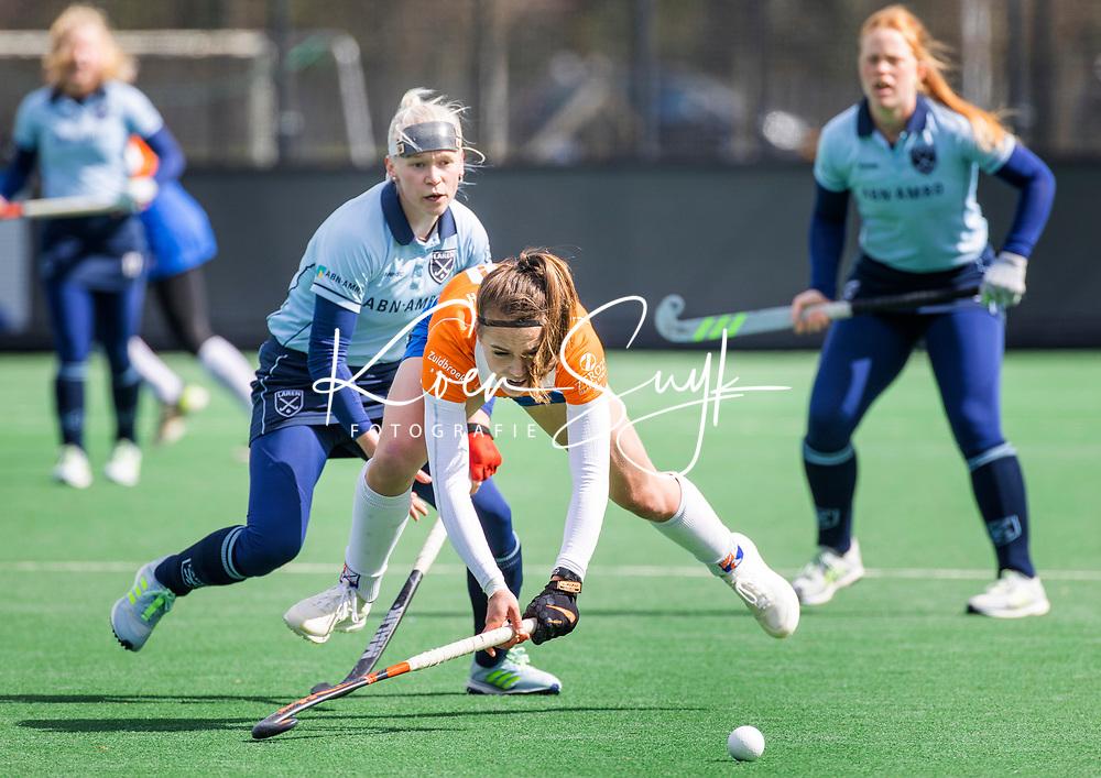 BLOEMENDAAL - Carmel Bosch (Bldaal) met Katerina Lacina (Laren) tijdens de hoofdklasse hockeywedstrijd dames , Bloemendaal-Laren (5-1).  COPYRIGHT  KOEN SUYK