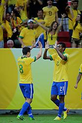 Jô e Hernanes comemoram após marcar gol durante a partida contra o Japão, válida pela primeira rodada da Copa das Confederações, no Estádio Nacional Mané Garrincha, em Brasília. FOTO: Jefferson Bernardes/Preview.com