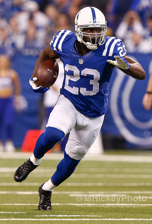 INDIANAPOLIS, IN - NOVEMBER 29 : Frank Gore #23 of the Indianapolis Colts runs the ball against the Tampa Bay Buccaneers at Lucas Oil Stadium on November 29, 2015 in Indianapolis, Indiana. Indianapolis defeated Tampa Bay 25-12. (Photo by Michael Hickey/Getty Images) *** Local Caption *** Frank Gore