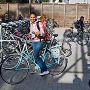 Nederland Rotterdam 23-09-2009 20090923 Serie over onderwijs,   openbare scholengemeenschap voor mavo, havo en vwo.   Leerlinge op op fiets op schoolplein. gezonde gewoonte.                                              .Foto: David Rozing
