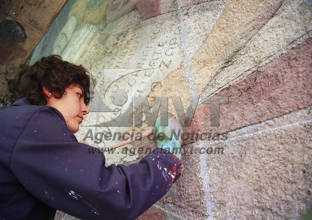 Toluca, Méx.- Artistas plasticos dan los ultimos toques al mural de mas de 20 metros en la escuela secuendaria numero 1 de esta ciudad. Agencia MVT / H. Vazquez E. (FILM)<br /> <br /> NO ARCHIVAR - NO ARCHIVE