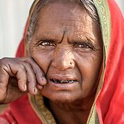 2010 04 19 Varanasi Uttar Pradesh Indien<br /> Porträtt av en kvinna<br /> ----<br /> FOTO : JOACHIM NYWALL KOD 0708840825_1<br /> COPYRIGHT JOACHIM NYWALL<br /> <br /> ***BETALBILD***<br /> Redovisas till <br /> NYWALL MEDIA AB<br /> Strandgatan 30<br /> 461 31 Trollhättan<br /> Prislista enl BLF , om inget annat avtalas.