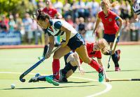 HUIZEN - Mirte Jansen (Huizen) passeert Mauri Kleinschiphorst (Nijm.) bij de eerste play off wedstrijd voor promotie naar de hoofdklasse , Huizen-Nijmegen (3-2) COPYRIGHT KOEN SUYK
