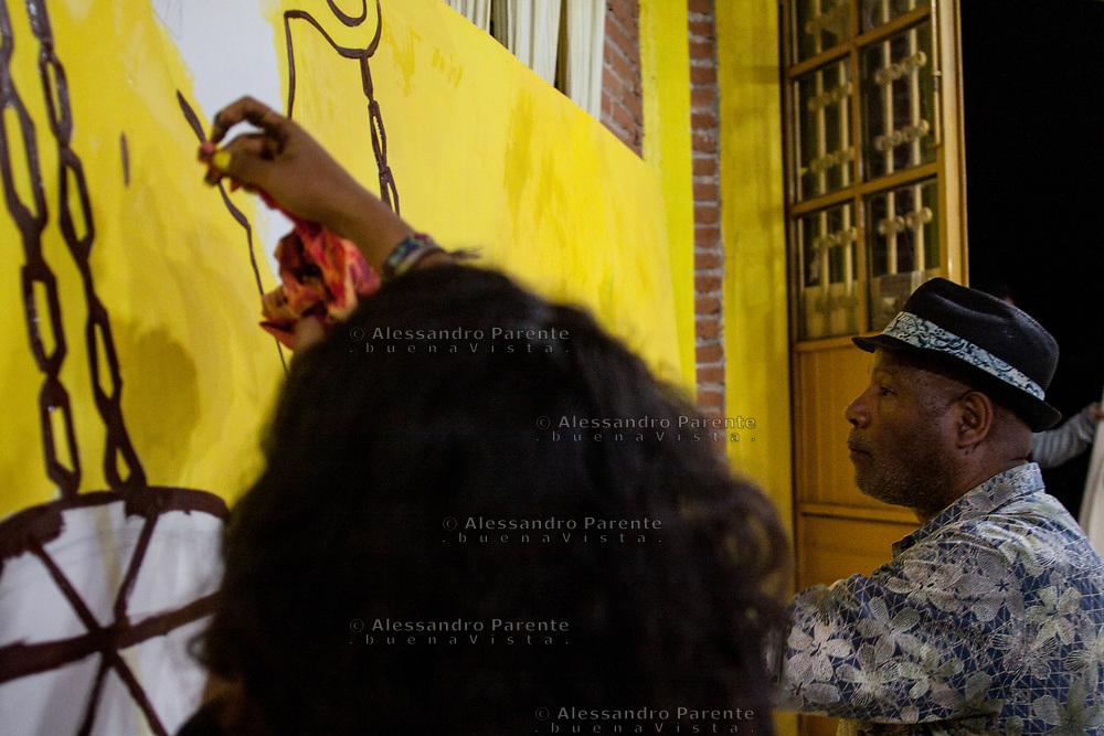 """Emory Douglas, """"ministro della cultura"""" delle Pantere Nere, dipinge durante il festival CompArte"""