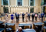 BERLIJN - Koning Willem-Alexander en koningin Maxima gaan op een groepsfoto in de plenaire zaal van de Bondsraad. Het driedaagse staatsbezoek aan Berlijn vormt de afronding van een reeks deelstaatsbezoeken sinds het koningspaar in 2013 werd ingehuldigd. ANP ROYAL IMAGES SEM VAN DER WAL POOL