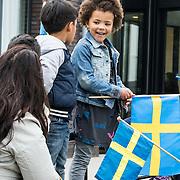 NLD/Weesp/20140404 - Staatsbezoek Koning en Koningin van Zweden, vertrek Koningin Sylvia en Maxima bij verpleeghuis Hogewey in Weesp