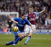 Fotball<br /> Premier League 2004/05<br /> Aston Villa v Birmingham<br /> Villa Park<br /> 12. desember 2004<br /> Foto: Digitalsport<br /> NORWAY ONLY<br /> Birmingham's David Dunn (L) attempts to shield the ball from Steven Davis.