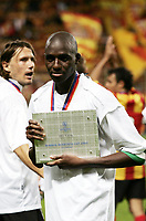 Fotball<br /> Foto: Dppi/Digitalsport<br /> NORWAY ONLY<br /> <br /> INTERTOTO CUP 2005/2006 - FINAL - 2ND LEG - RC LENS v CFR CLUJ - 23/08/2005<br /> <br /> ALOU DIARRA WITH THE INTERTOTO TROPHY