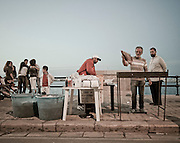 Venditori ambulanti durante la festa di San Nicola di Bari. Bari, 8 maggio 2013. Christian Mantuano / OneShot <br /> Hawkers drink during the feast of St. Nicholas of Bari Bari, 8 May 2013. Christian Mantuano / OneShot