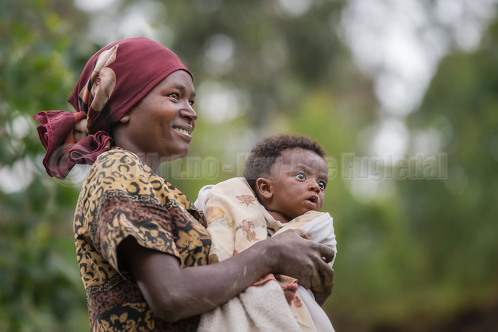 We met this mother and her child on one of our stops between Kigali and Volcano National Park. We found a god tone, and she did not mind to be photographed   Vi møtte denne moren med barn på en av våres stopp mellom Kigali og Volcano National Park. Vi fikk en god tone, og hun hadde ingenting imot å bli fotografert sammen med sitt barn.