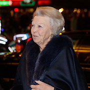 NLD/Amsterdam/20181119 - Beatrix bij 21e Nederlands Balletgala Dansersfonds '79, aankomst pr. Beatrix