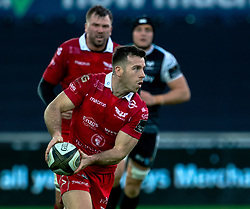 Gareth Davies of Scarlets<br /> <br /> Photographer Simon King/Replay Images<br /> <br /> Guinness PRO14 Round 11 - Ospreys v Scarlets - Saturday 22nd December 2018 - Liberty Stadium - Swansea<br /> <br /> World Copyright © Replay Images . All rights reserved. info@replayimages.co.uk - http://replayimages.co.uk