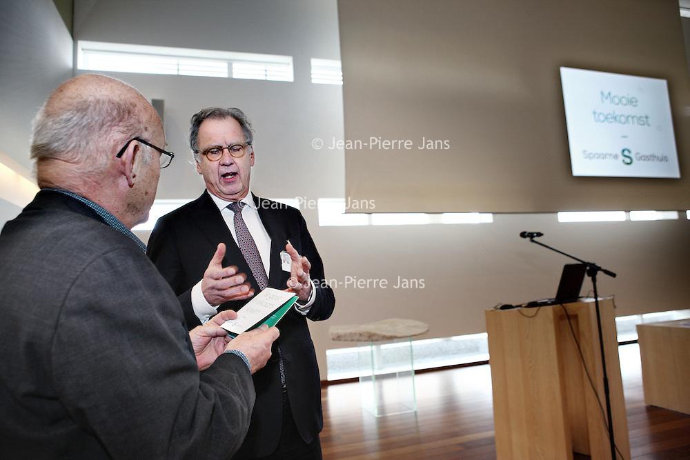 Nederland, Hoofddorp , 16 maart 2015.<br /> de uitreiking van het eerste boekje met missie en visie van het Spaarne Gasthuis coor Peter van Barneveld, voorzitter Raad van Bestuur.<br /> Foto:Jean-Pierre Jans