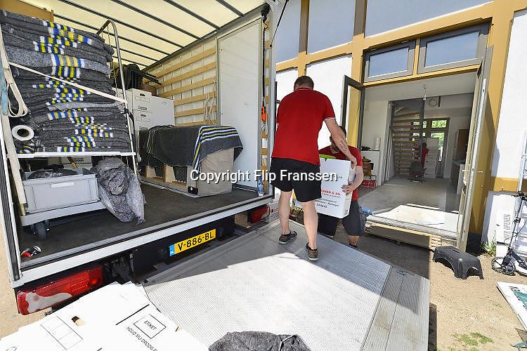 Nederland, Nijmegen, 17-5-2017De voormalige spoorwegloods aan de Ooysedijk is omgebouwd tot appartementencomplex en wordt sinds kort bewoond. Verhuizers verhuizen de eerste bewoners naar hun appartement. Het ligt in de Ooijpolder aan de rand van de oude stad.Foto: Flip Franssen