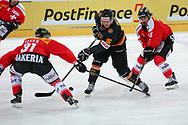 Mathias Seger und Eric Blum (CH) gegen Daniel Pietta (DE) im Testspiel zwischen der Schweiz und Deutschland, am Samstag, 27. April 2013, in der Diners Club Arena Rapperswil-Jona. (Thomas Oswald)