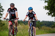 Bij Hollandsche Rading fietst een man met zijn zoon op een mountainbike.<br />
