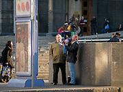 Feierabendbier am Platz vor der Russischen Staatsbibliothek im Zentrum von Moskau. Einen Tag später (9. Mai 2008) an einem stattlichen Feiertag findet die große Siegerparade statt.<br /> <br /> After work beer at the square infront of the Russian State Library. One day later the Victory Day parade (took place the 9th of May 2008) will be celebrated during a state holiday.