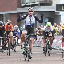 ZUIDHORN (NED) wielrennen  <br /> Kirsten Wild heeft de vierde etappe van de Energiewacht Tour gewonnen. De renster van Hitec versloeg in Zuidhorn leidster Chantal Blaak van Boels-Dolmans (tweede) en Barbara Guarischi van Velocio-Sram (derde) in de sprint. Het was voor Wild haar eerste wegkoers na het WK Baan.
