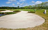 ESBEEK - Een enorme bunker op hole 16. Midden-Brabant Golfbaan. ANP COPYRIGHT KOEN SUYK
