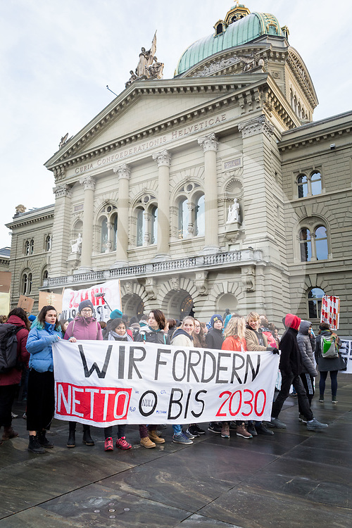 SCHWEIZ - BERN - Klimastreik in Bern auf dem Bundesplatz, hier ein Transparent mit der Aufschrift 'wir fordern netto 0 bis 2030' - 18. Januar 2019 © Raphael Hünerfauth - http://huenerfauth.ch