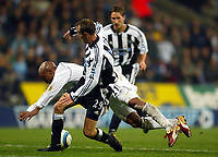 Fotball<br /> Premier League 2004/05<br /> Bolton Wanderers v Newcastle<br /> 31. oktober 2004<br /> Foto: Digitalsport<br /> NORWAY ONLY<br /> El Hadji Diouf goes down under pressure from Lee Bowyer, but no penalty was given