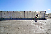 Spanje, El Ejido, 5-11-2019In dit deel van Andalucie wordt veel groente en fruit verbouwd wat zijn weg vindt via de export naar o.a. Nederland . Het wordt de zee van plastic genoemd omdat de kassen opgebouwd zijn van houten of metalen palen bedekt met zwaar plastic. Werknemers voeren grote lappen plastic af wat van een kas die opnieuw bedekt gaat worden. Het plastic kan ingeleverd worden bij een afvalbedrijf wat het recycled. Komende week zijn er algemene verkiezingen in Spanje en de populistische partij Vox heeft hier een grote aanhang. In de kassen werken voornamelijk migranten uit Afrika, en arbeidsmigranten uit Oost-Europa die een laag loon uitbetaald krijgen, tussen de 30 en 40 euro per 8 urige dag, werkdag, afhankelijk van de werkgever. Er wordt door de kaseigenaren en transportbedrijven goed verdiend maar de boeren vinden dat ze teveel negatieve aandacht krijgen in de media in noord-europa. Foto: Flip Franssen