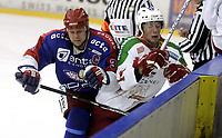 Ishockey<br /> GET-Ligaen<br /> 03.01.08<br /> Jordal Amfi<br /> Vålerenga VIF - Frisk Asker Tigers<br /> Lars Erik Lund takler Cameron Abbott<br /> Foto - Kasper Wikestad