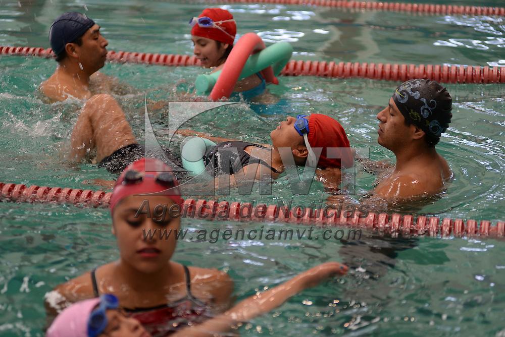 Toluca, México.- Niños y jóvenes con discapacidad  acuden a tomar clases de natación en el Deportivo Agustín Millán. Agencia MVT / Crisanta Espinosa