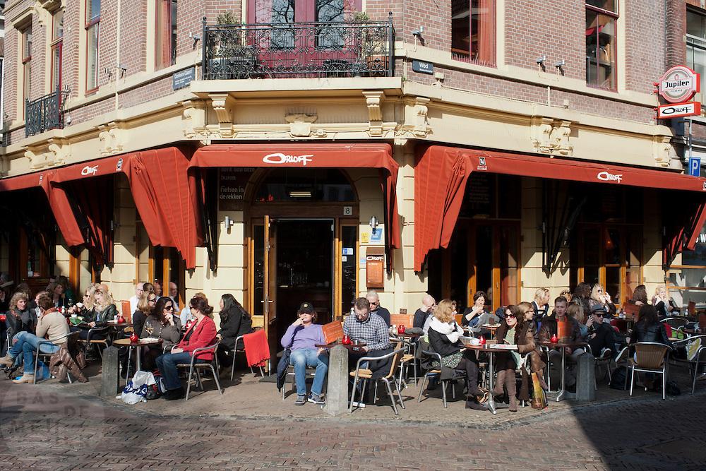 Mensen op het terras in Utrecht.<br /> <br /> People at a terrace in Utrecht.
