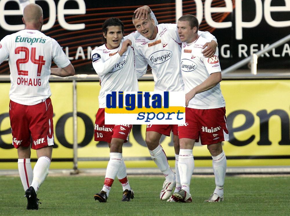 Fotball<br /> Tippeligaen Eliteserien<br /> 30.06.08<br /> Fredrikstad Stadion<br /> Fredrikstad FFK - Vålerenga VIF<br /> Målscorerne Gardar Johansson og Raymond Kvisvik (t.h.) etter Johanssons 1-1 scoring - Til venstre Tarik Elyounoussi og Jan Tore Ophaug (24)<br /> Foto - Kasper Wikestad
