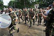 Nederland, Nijmegen, 20-7-2005..Vierdaagse, 4daagse, binnenkomst van militairen, soldaten, op het kamp Heumensoord. Ze lopen, wandelen, marcheren rechtstreeks de biertent in...Foto: Flip Franssen/Hollandse Hoogte