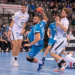 Marko Mamic (SC DHfK Leipzig), Zarko Peshevski (TVB 1898 Stuttgart) und Gregor Remke (SC DHfK Leipzig), Bastian Roscheck (SC DHfK Leipzig) liegt am Boden.<br /> <br /> Deutschland, Stuttgart, 29.10.2020, Handball, Bundesliga: TVB 1898 Stuttgart vs SC DHfK Leipzig, Saison 2020/2021, 6. Spieltag, Porsche-Arena<br /> <br /> Foto © PIX-Sportfotos *** Foto ist honorarpflichtig! *** Auf Anfrage in hoeherer Qualitaet/Aufloesung. Belegexemplar erbeten. Veroeffentlichung ausschliesslich fuer journalistisch-publizistische Zwecke. For editorial use only.