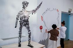 Otroski delavec Zhang Thong, nastav v sodelovanju z akademskim kiparjem Miho Knezom. Na razstavi Otroci brez otroštva predstavljajo plakate na temo problematike otroškega dela po svetu, ki so jih udeleženci projekta Muzej v malem zbrali na natečaju za osnovne šole in družine. Plakati ozaveščajo javnost in opozarjajo na kruto realnost otrok, ki še vedno nimajo možnosti izbire med brezskrbnim otroštvom in delom v tovarnah.<br /> // Exhibition Children without of Childhood, on March 21, 2017 in City Museum, Ljubljana, Slovenia. Photo by Vid Ponikvar / Sportida